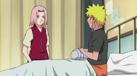 Sakura selesai memasang perban pada Naruto