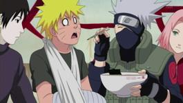 Kakashi menyuapi Naruto
