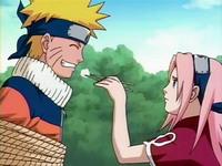 Sakura menyuapi Naruto