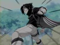 Sasuke menangkap fuuma shuriken dari Naruto