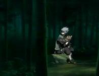 Kakashi menunggu anjingnya sabil membaca novel