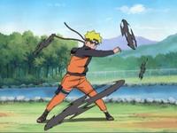 Naruto menyerang dengan shuriken