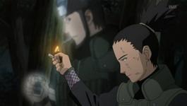 Shikamaru menyalakan korek untuk Asuma