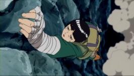 Lee berpegangan di batu
