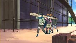 Konohamaru cs mengangkut kayu